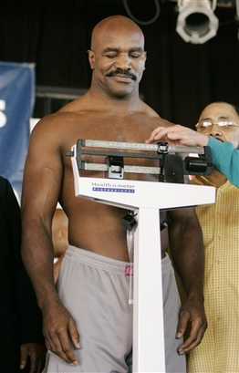 Z9 Boxer Evander-Holyfield weigh-in