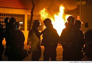 C - oakland-police-in-riot-gear